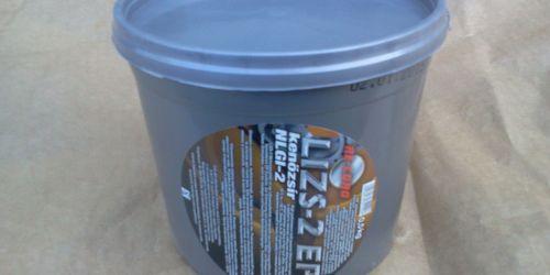 Kenőzsír,Re-cord Lizs-2 EP 0,5kg  NLGI-2 EP adalékot tartalmazó lítiumbázisú kenőzsír, mely univerzális kenőzsírként használható általános üzemelési körülmények között dolgozó gördülő- és csúszócsapágyak, fogas-áttételek kenésére. Széleskörűen alkalmazható a gépiparban, háztartásban, motoros gépjárművekben. Megfelel kerékagyak, csapok, csuklók kenésére -30 és +120 C közötti hőmérséklet tartományban, közepes terhelés mellett, változó üzemi viszonyok között is. Forró víznek ellenáll és garantált korrózióvédelmet nyújt nedves körülmények között. 1900Ft